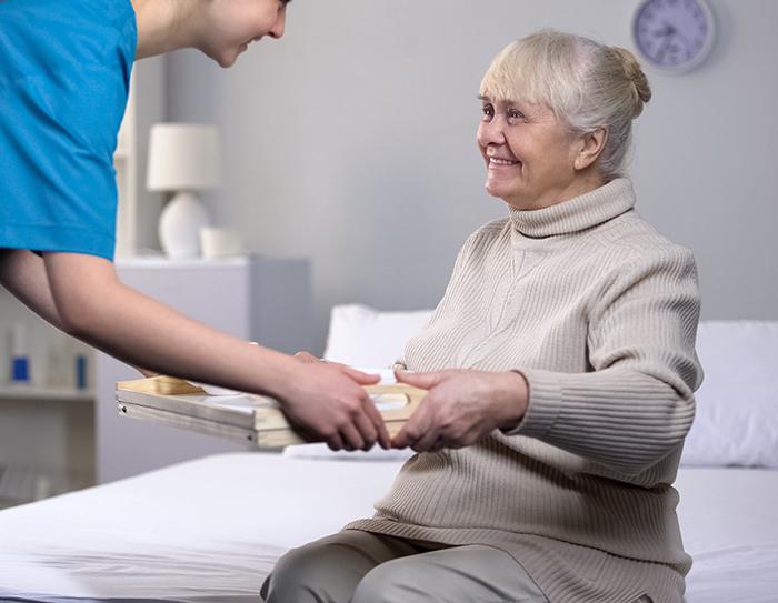 COVID-19 – L'AREQ exhorte les résidences pour aînés de cesser les frais de livraison de repas dans les unités locatives