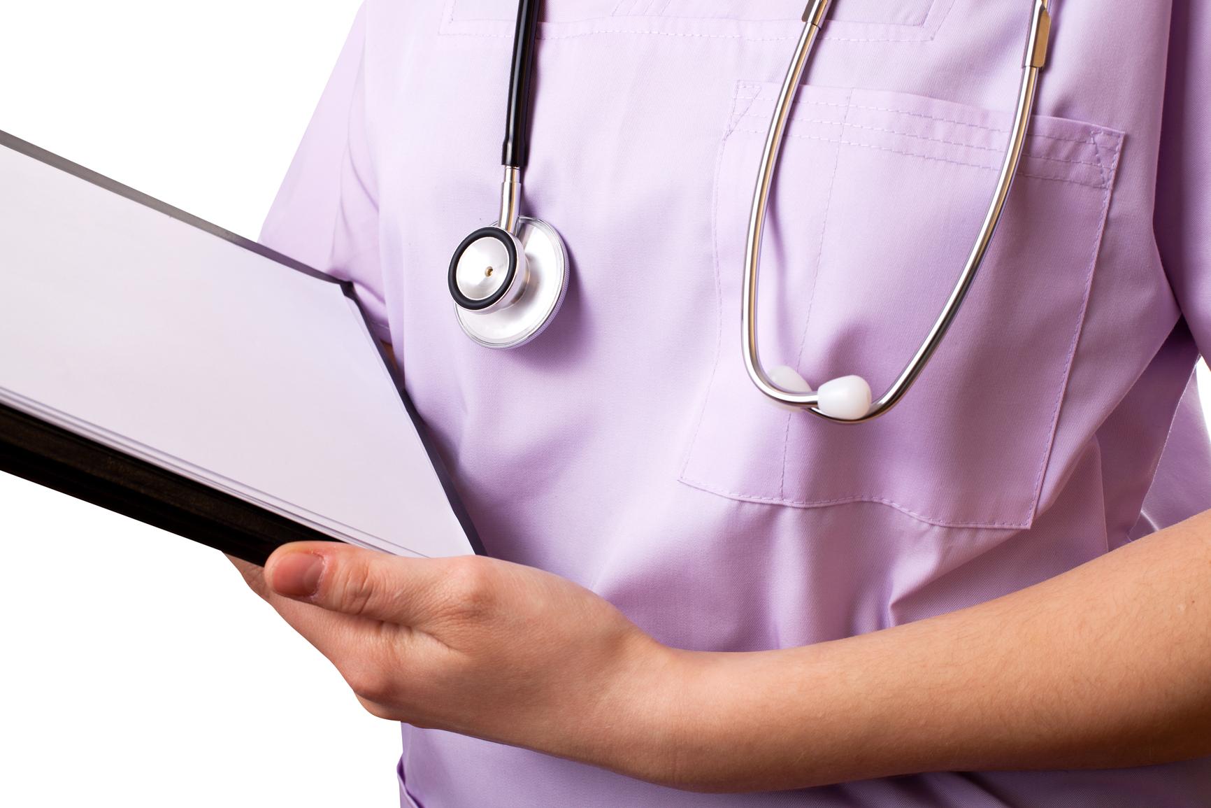 Un nouveau rapport propose de geler le salaire des médecins au Québec